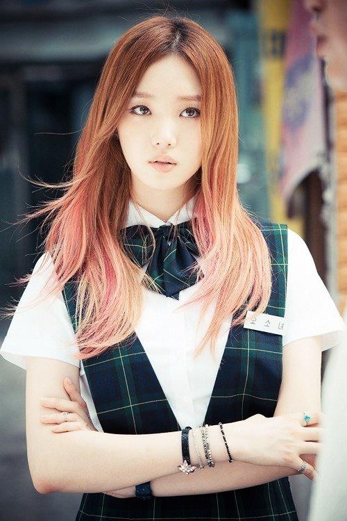 """<p> Năm 2014, cô lấn sân màn ảnh trong bộ phim <em>Chỉ có thể là yêu</em>- do Jo In Sung và Gong Hyo Jin đóng chính. Lee Sung Kyung hóa thân thành Ahn So Nyeo - nữ sinh cấp ba bị đuổi học và phải làm nhân viên chạy bàn tại quán cà phê.</p> <p> Năm 2015, cô tiếp tục nhận được lời mời đóng phim <em>Hoa vương.</em>Vai diễn Kang Yi Sol - bị mẹ ruột bỏ rơi, luôn nung nấu ý định trả thù - giúp Lee Sung Kyung đoạt giải """"Nữ diễn viên mới xuất sắc"""" tại MBC Drama Awards.</p>"""
