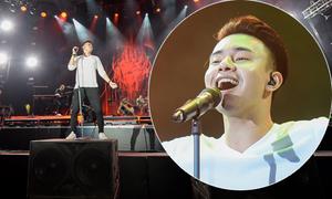 Đông Hùng trèo lên thùng loa để hát ở lễ hội Monsoon