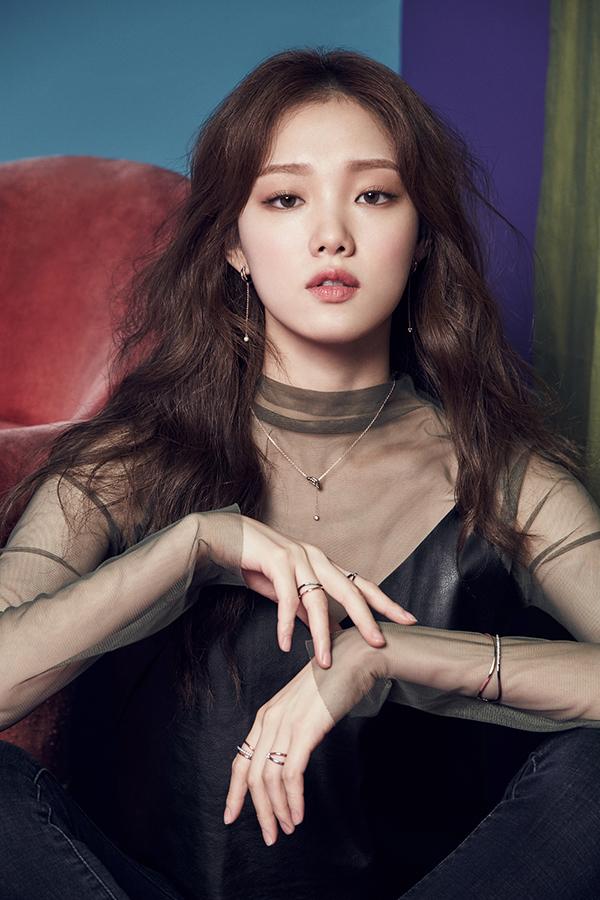 """<p> Lee Sung Kyung sinh năm 1990, là một trong những người mẫu lấn sân diễn xuất thành công của làng giải trí Hàn.</p> <p> Tài khoản Instagram của Lee Sung Kyung có hơn 7,5 triệu lượt người theo dõi, được tạp chí <em>W </em>(Mỹ) gọi là """"Gigi Hadid châu Á"""" vì sức ảnh hưởng lớn trên mạng xã hội. Truyền thông Hàn đánh giá cô là ngôi sao toàn diện, xinh đẹp, có nhiều tài lẻ như ca hát, chơi đàn, nhảy...</p>"""