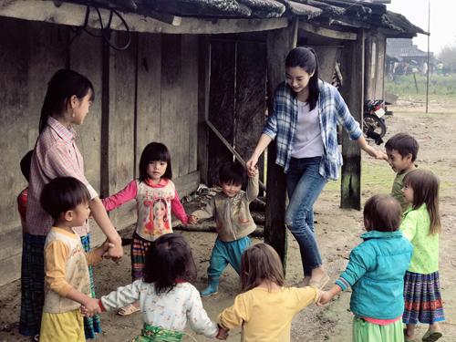 Hoa hậu Mỹ Linh và các em nhỏ ở Cu Vai, Yên Bái.