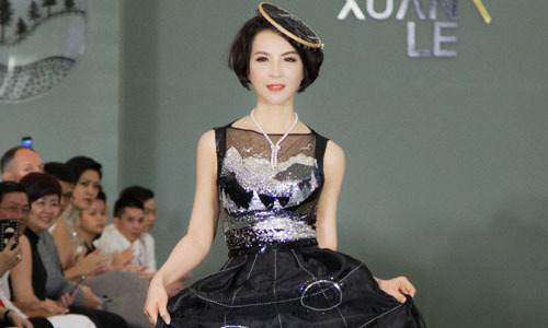 Xuân Lê biến khung thêu thành trang sức tóc trong show 'Heart'n Hands'