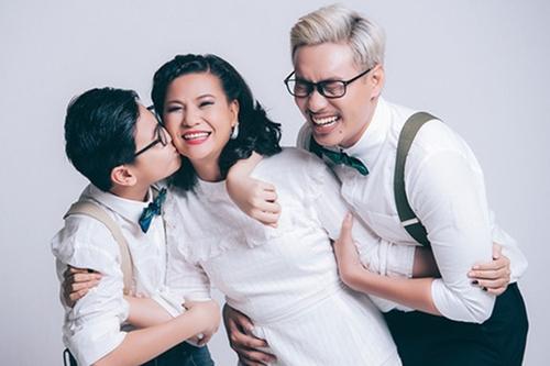 Cát Phượng bên con trai và Kiều Minh Tuấn. Sau 10 năm quen nhau, gần đây cả hai đã đăng ký kết hôn. Họ không tổ chức đám cưới mà dự tính làm lễ ra mắt, trao nhẫn cưới.