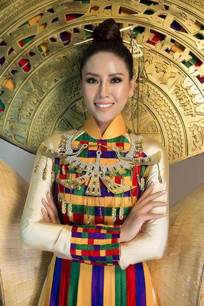 Người đẹp đeo bộ vòng cổ đồng điệu với trang phục được thiết kế hình chim lạc.