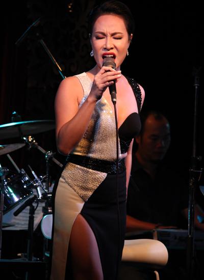 Uyên Linh trong đêm nhạc tái ngộ khán giả.