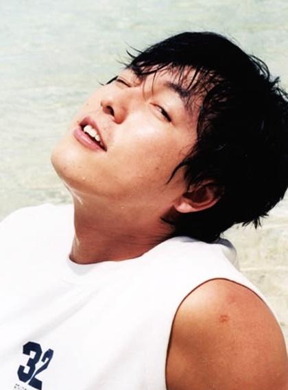Jung Woo Sung (1973) là người mẫu, diễn viên nổi tiếng từ thập niên 1990. Vẻ ngoài nam tính, đôi mắt hút hồn và chiều cao 1,86 m giúp anh trở thành thần tượng của giới trẻ. Choi Siwon (thành viên Super Junior) từng nhận xét: Ngay cả ngoài đời, Jung Woo Sung cũng đẹp như trên tạp chí. Bước đi, phong thái, lời nói của anh ấy như thể được trích ra từ một bộ phim nào đó. Năm 2011, sau khi đóng chung Iris 2, tài tử công khai hẹn hò Lee Ji Ah. Không lâu sau đó, Lee Ji Ah bị phanh phui chuyện từng kết hôn với huyền thoại Kpop - Seo Taiji. Scandal này cũng chấm dứt chuyện tình của Ji Ah và Woo Sung. Ở tuổi 43, nam diễn viên vẫn đi về lẻ bóng.