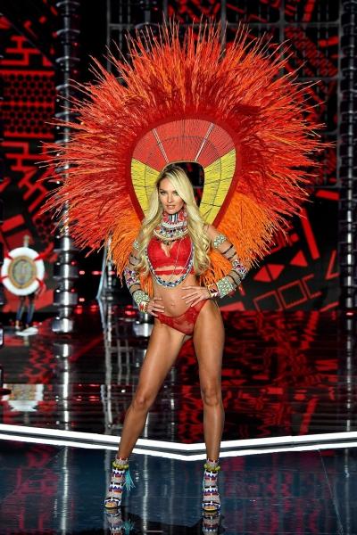 Đây là lần đầu tiên Victorias Secret tổ chức ở Thượng Hải, Trung Quốc với sự tham gia của 33 chân dài đến từ khắp nơi trên thế giới.Sau khi nghỉ sinh con, thiên thần Candice Swanepoel tái xuất. Cô đảm nhiệm phần mở màn cho show diễn.