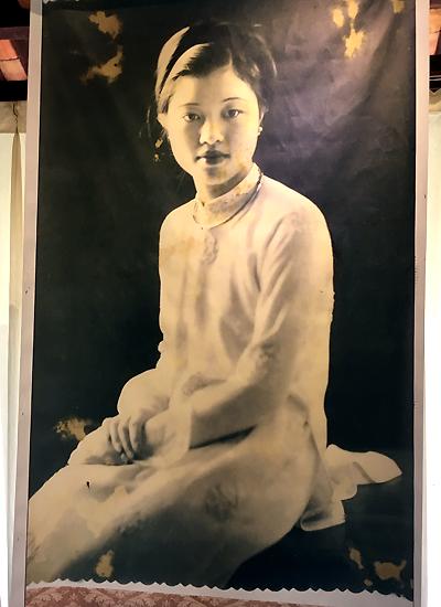 Hình ảnh bà Vi Kim Ngọc thời trẻ gắn liền với bộ áo dài.
