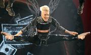 Pink - nữ ca sĩ nghiện nhào lộn trên không khi hát