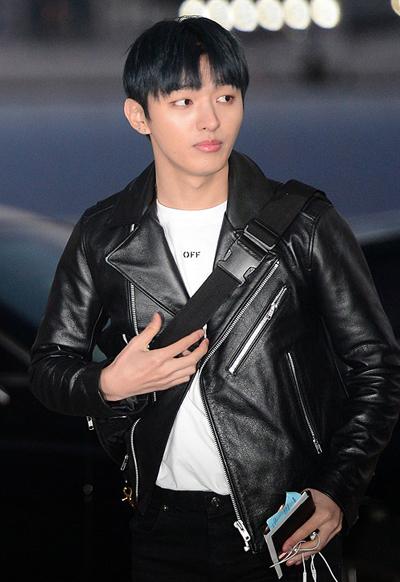 Trưởng nhóm Jisung trang điểm nhẹ trong khi các thành viên khác tô son môi đậm hơn.