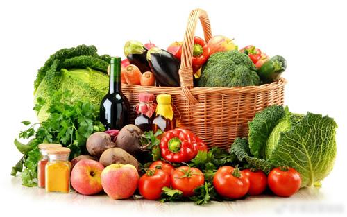Mỗi ngày, tôi ăn 12 loại rau quả khác nhau, trong đó không thể thiếu rau quả có màu xanh. Loại rau nào tôi cũng thích ăn, trừ rau mùi. Thu nạp vitamin và chất xơ từ thiên nhiên kết hợp vận động phù hợp cơ thể, chắc chắn sẽ khỏe mạnh, da dẻ săn chắc, bà tiết lộ.