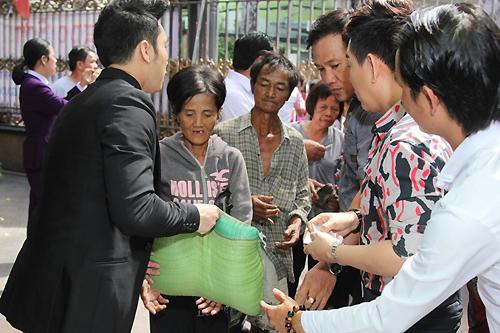 ngoc-son-phat-gao-tien-cho-nguoi-ngheo-o-biet-thu-5