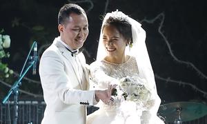 Nhật Thủy cười tít mắt cùng chồng cắt bánh, rót rượu mừng