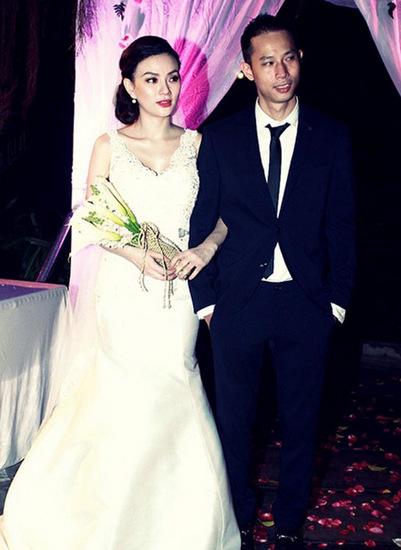 Ca sĩ và chồng trong ngày cưới.