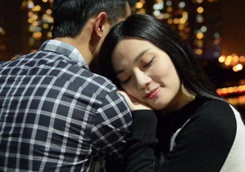 Thậm chí, bạn trai còn xuất hiện với những hình ảnh vô cùng tình tứ, ngọt ngào trong một MV của giọng ca Kẹo ngọt.