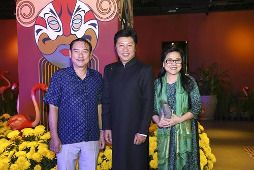 Tham dự buổi công diễn có nhiều nghệ sĩ, mỹ nhân vang bóng một thời như nghệ sĩ sân khấu Thành Hội, Ái Như, cựu người mẫu Thuỷ Hương, diễn viên Diễm My cùng dàn sao Việt rạng rỡ trang phục áo dài truyền thống.
