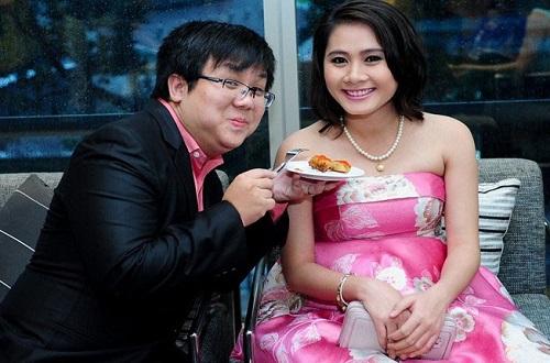 Hình ảnh hạnh phúc của Thanh Hiền khi được chồng chăm sóc lúc cô đang mang thai.