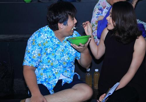 Khoảnh khắc hai vợ chồng chăm sóc nhau trong hậu trường gameshow.