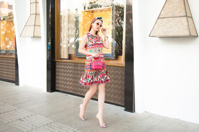 Jennifer Phạm dạo phố với trang phục đầy màu sắc