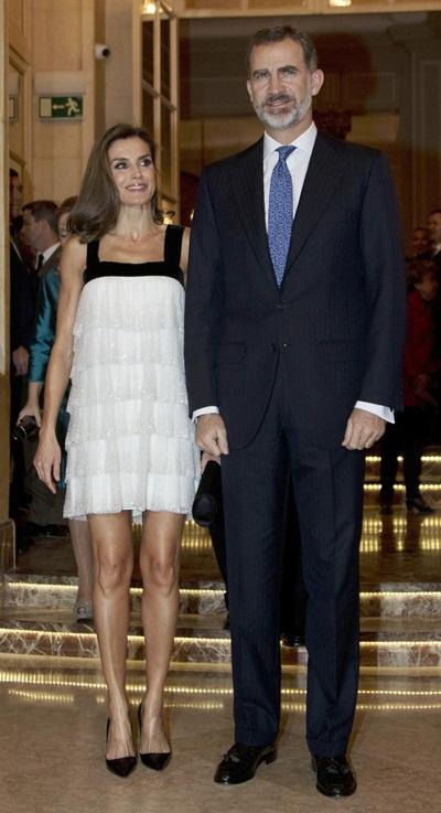Trang phục của hoàng hậu Letizia Tây Ban Nha được báo chí quốc tế đánh giá là táo bạo.