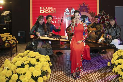 Nghệ sĩ hào hứng chụp hình với ban nhạc đờn ca tài tử ngồi trên một bộ ván ngựa cổ, thỉnh thoảng có tiếng loa thông báo giờ diễn bằng tiếng rao như các rạp hát Sài Gòn xưa.