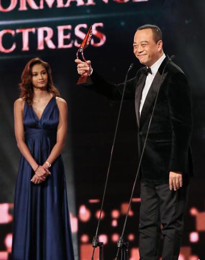 Theo Zaobao, Âu Dương Chấn Hoa vượt qua bảy diễn viên của Singapore, giành giải Diễn viên hài xuất sắc, với phim House Of Spirits (Những người bạn) của TVB.