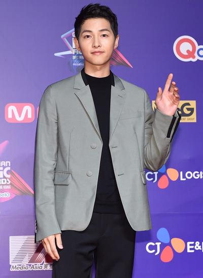 Tài tử Song Joong Ki dự sự kiện sau khi cưới Song Hye Kyo hồi cuối tháng 10. Anh làm MC trong phần trao giải.