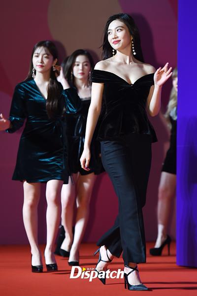 Nhóm Red Velvet diện đồ nhung.