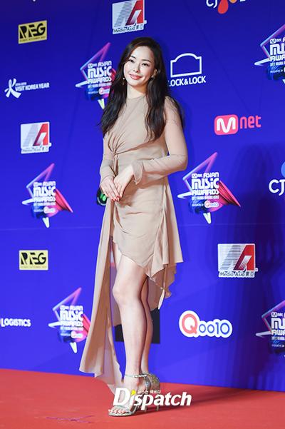 Hoa hậu Honey Lee. Cô đi cùng bạn trai Yoon Kye Sang nhưng hai người không sánh đôi.