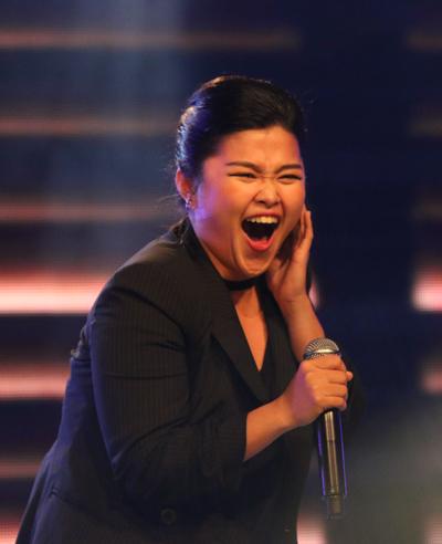 Bích Ngọc và một số diễn viên phim Glee thể hiện ca khúc Taste The Feeling tại lễ trao giải.