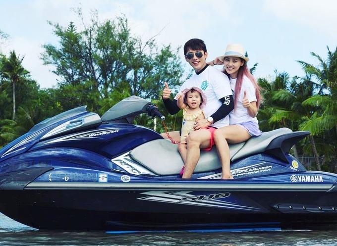 <p> Đôi diễn viên bén duyên sau khi hợp tác trong phim<em>Creating Destiny</em> (<em>Tình yêu tìm thấy</em>) hồi năm 2009 và kết hôn hai năm sau đó. Từ khi bé Ro Hee ra đời, Ki Tae Young bận rộn hơn. Sau mỗi dự án, anh dành thời gian đưa vợ con đi du lịch, thư giãn.</p>