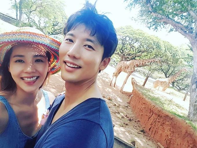 <p> Suốt sáu năm bên nhau, Ki Tae Young luôn lắng nghe và thấu hiểu mong muốn của vợ. Anh ủng hộ Eugene đóng phim, ca hát trở lại. Trong các sự kiện, anh luôn song hành và hỗ trợ vợ.</p>