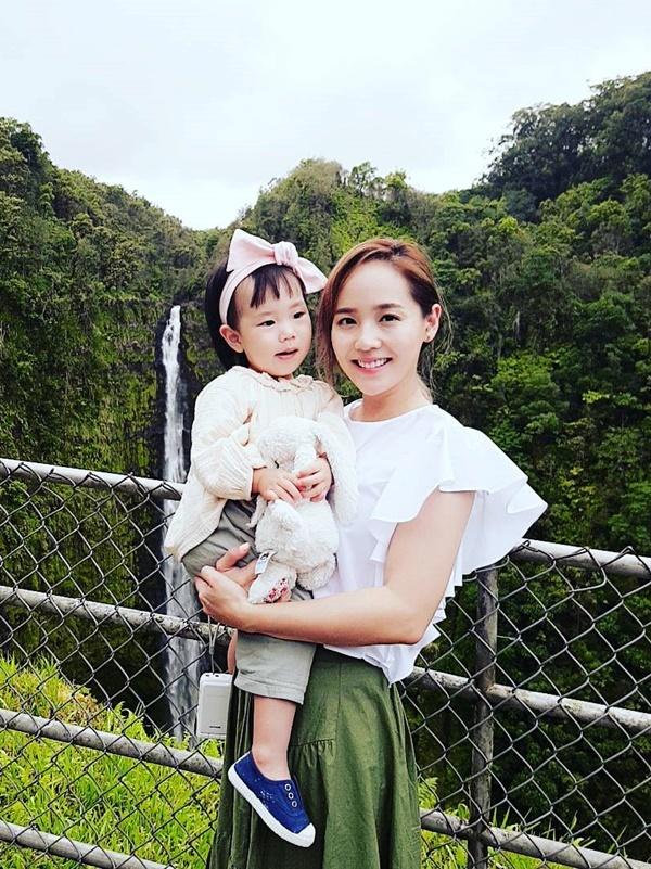 <p> Hai mẹ con Eugene dưới ống kính của bố Ki Tae Young. Trên truyền hình, anh thường khen vợ đảm đang, xinh đẹp.</p>