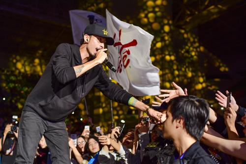 Rapper Đen xuống sân khấu khấy động chương trình.