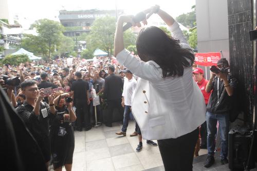 Cô gởi làm chào đến fans và dặn dò họ không xả rác ở nơi công cộng.