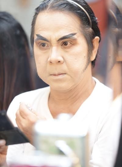 Nghệ sĩ Bạch Long trong hậu trường hóa trang.