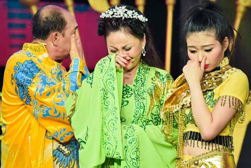 Lê Giang (giữa) và Duy Phương khóc khi hội ngộ trong tiểu phẩm của con gái Lê Lộc ở Sao nối ngôi 2016.