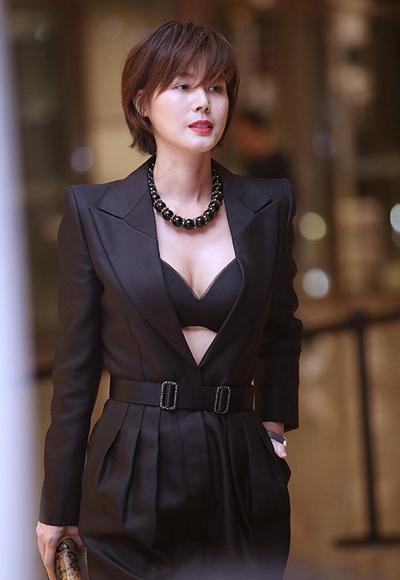 Ở tuổi 50, Kim Sung Ryung đắt show sự kiện.