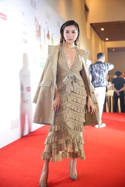 Thúy Vân toát lên vẻ nữ tính, quyến rũ trong bộ đầm xếp tầng kèm áo choàng của Công Trí.