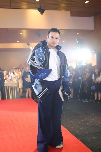 Trương Thanh Long gây chú ý với chiếc áo khoác độc đáo của nhà thiết kế Võ Công Khanh.