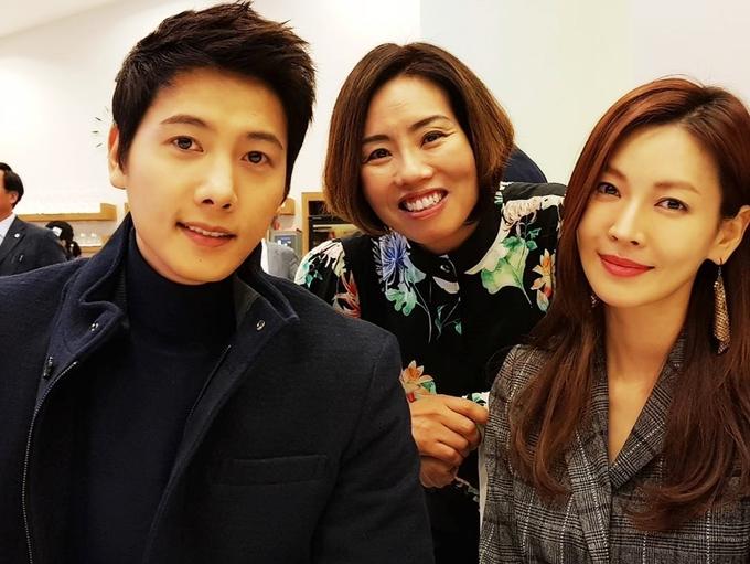<p> Đôi uyên ương song hành trong nhiều sự kiện. Fan của So Yeon chia sẻ trên<em> Daum</em>, người đẹp luôn cười rạng rỡ khi có người hỏi về cuộc sống hôn nhân và Lee Sang Woo.</p> <p> </p>