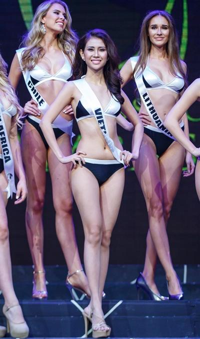 Liên Phương giữa các người đẹp trong phần thi bikini.