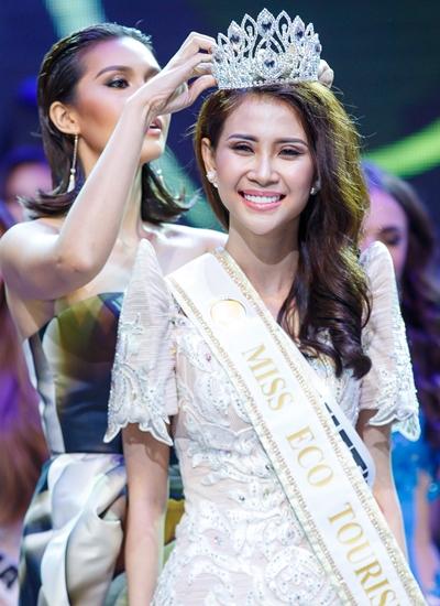 Liên Phương được cựu Hoa hậu Trái đất 2015 Angelia Ong trao giải á hậu 1.