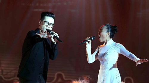 Ca sĩ Đoan Trang và Hà Anh Tuấn cùng tham gia Khát vọng trẻ 11 - chương trình do báo Thanh Niên tổ chức.