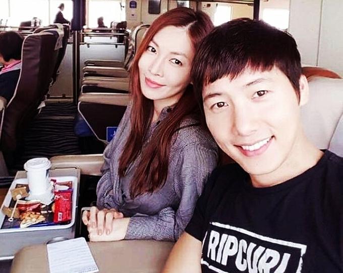 """<p> Hôm 9/12,<span style=""""color:rgb(0,0,0);"""">nhiều b</span>áo lớn tại Hàn đưa tin cuộc sống của Kim So Yeon và Lee Sang Woo sau nửa năm kết hôn. Hình ảnh vợ chồng sao cười rạng rỡ nhận nhiều lời khen và chúc mừng của fan. """"Họ đem lại bầu không khí ấm áp, hạnh phúc"""", <em>Naver</em> viết</p>"""