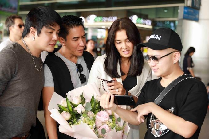 Siêu mẫu Lukkade diện áo phông, quần jeans đến Việt Nam