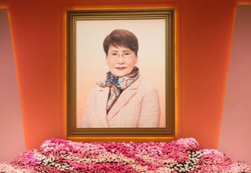 Phương Dật Hoa qua đời ngày 22/11, hưởng thọ 83 tuổi. Tang lễ bà tổ chức cuối tháng 11. Ngày 12/12, gia đình và công ty