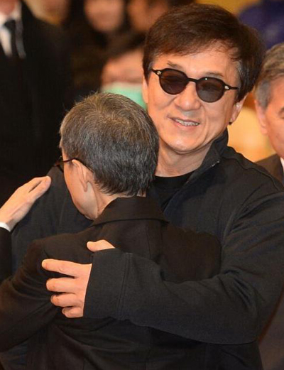 Theo Mingpao, Thành Long cúi người trước di ảnh của Phương Dật Hoa. Nam diễn viên ôm em gái của bà