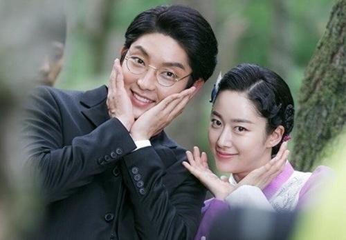 Hai diễn viên Lee Jun Ki và Jeon Hye Bin thông báo chia tay hồi tháng 8 vì lịch trình bận rộn, không có thời gian vun đắp tình cảm. Họ có thiện cảm với nhau khi đóng Gunman in Joseon năm 2014 và trở thành tình nhân đầu năm 2016.