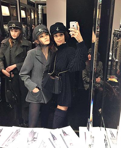 Thùy Trang bên người mẫu quốc tế ở hậu trường show Chanel.