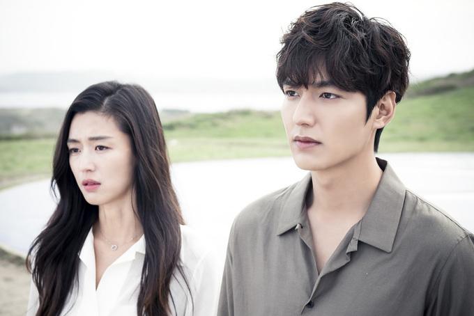 """<p class=""""Normal""""> <em>Huyền thoại biển xanh</em> (<em>The Legend of Blue Sea</em>) là series Hàn Quốc, gồm 20 tập và một tập đặc biệt. Phim lấy cảm hứng từ câu chuyện cổ kể về tình yêu giữa một chàng đánh cá bắt được rồi thả một nàng người cá. Câu chuyện trong phim được biến thể thành chuyện tình của người cá và một tay lừa đảo. Diễn xuất của bộ đôi Lee Min Ho và Jun Ji Huyn trong vai chính chiếm thiện cảm khán giả.</p>"""